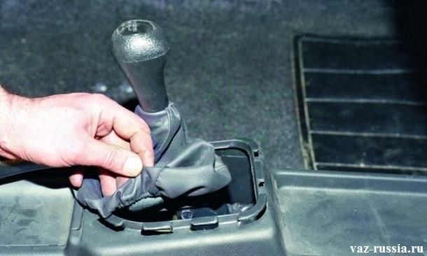 Извлечение чехла рычага КПП из квадратной формы держателя