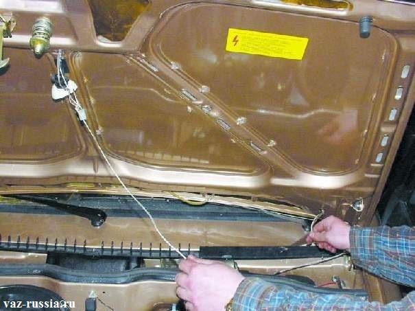 Обратное засовывание при помощи веревки, электропроводов подкапотной лампы