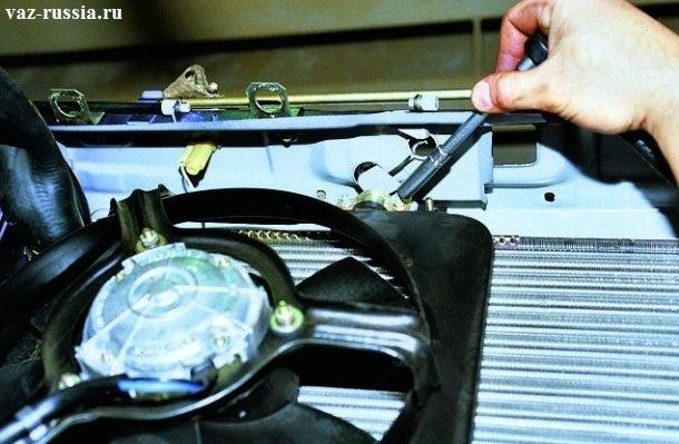 Отворачивание удлинителем с накидной головкой, гайки крепления прижимной пластинки