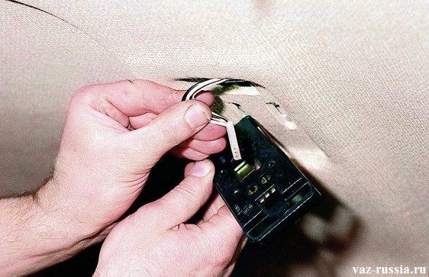 Отсоединение от задней части плафона, небольшой колодки проводов