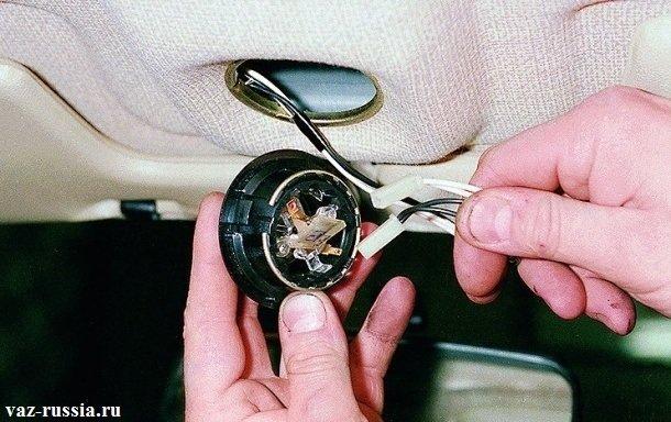 Отсоединение двух небольших колодок проводов, от задней части переднего плафона