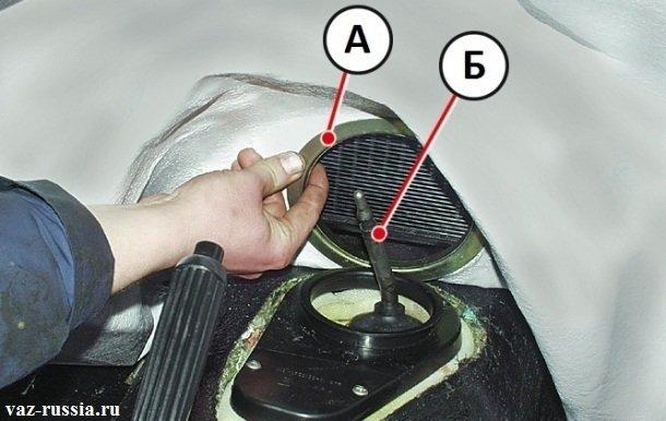 Продевание кольца коврика пола через рычаг коробки