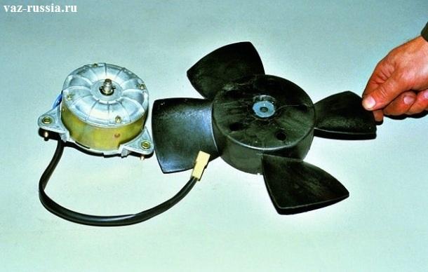 Снятая с электродвигателя вентилятора, крыльчатка