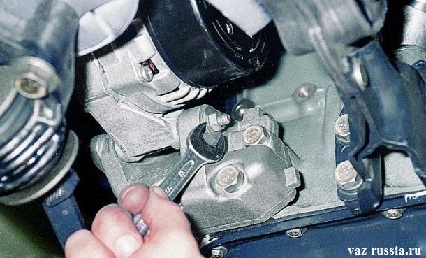 Ослабление нижний гайки крепления генератора