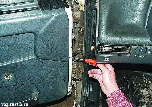 Отгибание пистонов крепления обшивки к двери