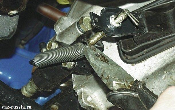 Снятие оттяжной пружины с рабочего цилиндра