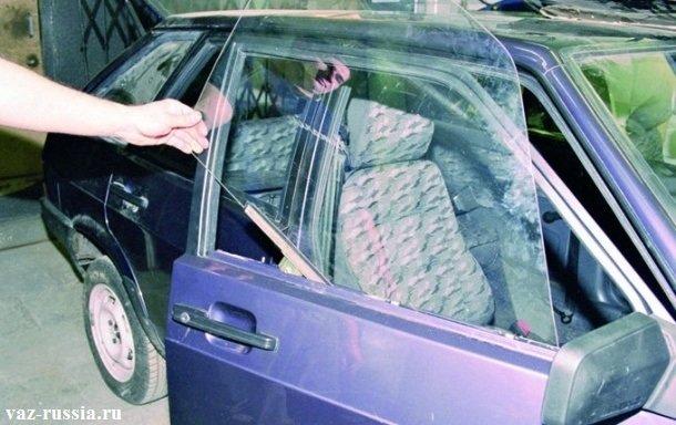 Извлечение бокового стекла, из отверстия, которое находится в двери автомобиля