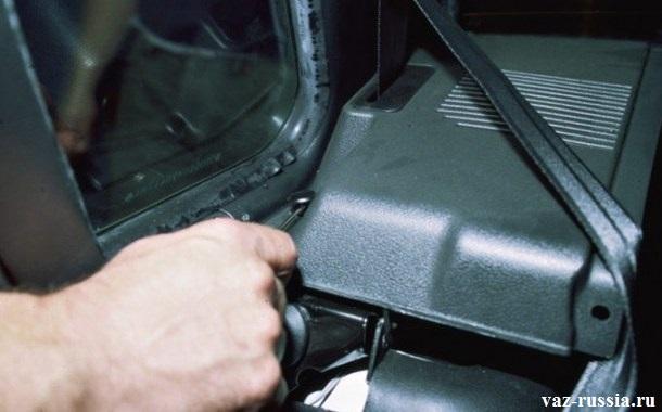 Поддевание замка пистона, и дальнейшее извлечение самого пистона, из отверстия