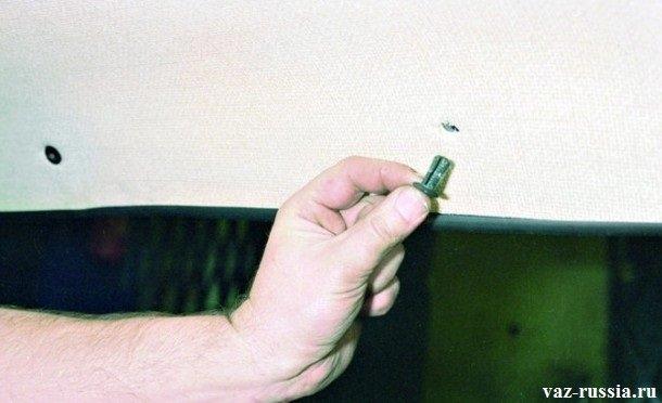 Извлечение пистона, из отверстия в потолке