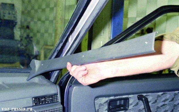 Снятие боковой накладки, со стойки кузова автомобиля