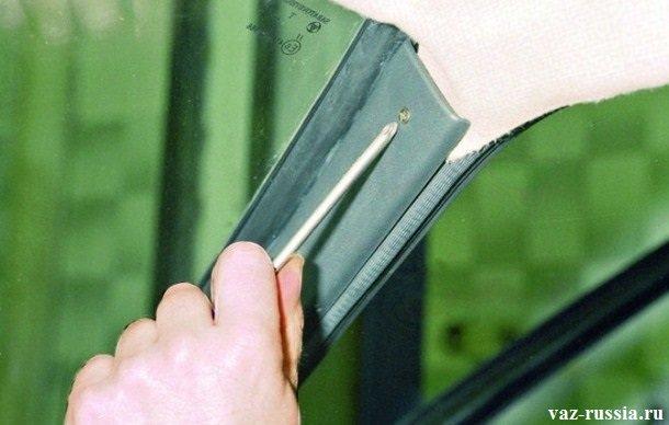 Выворачивание винта крепления боковой накладки, к стойке