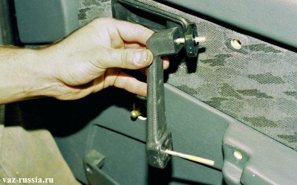 Снятие ручки с двери автомобиля