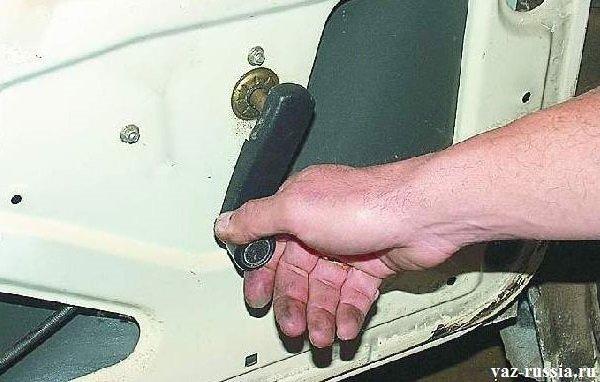 Установка ручки стеклоподъемника, на выпирающею шпильку, служащею для опускания или же поднимания стекла
