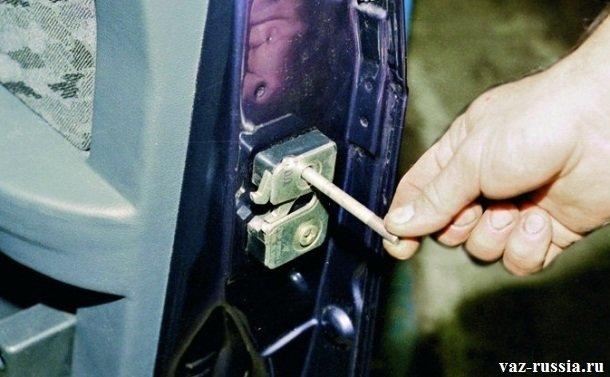 Вворачивание в верхнее отверстие замка, шпильки «М-8»