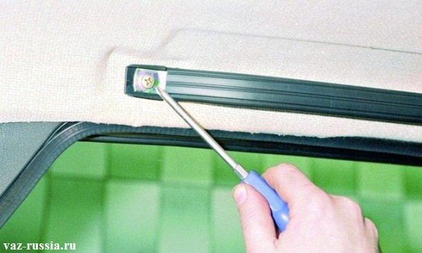 Отворачивание винта крепления заднего краюшка ручки