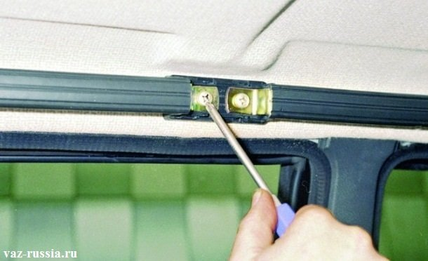 Отворачивание винта удерживающего центральную часть боковой ручки