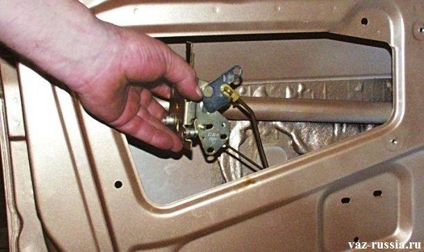 Извлечение из внутренней части двери автомобиля, внутреннего замка