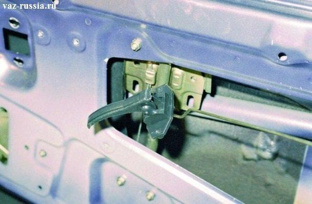 Извлечение ручки, из двери автомобиля
