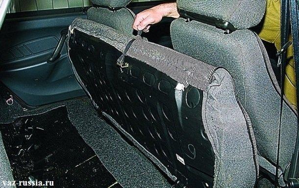 Поднятие за петлю, нижней части заднего сиденья