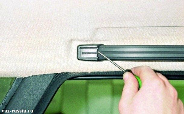 Поддевание отверткой задней заглушки, левой верхней ручки