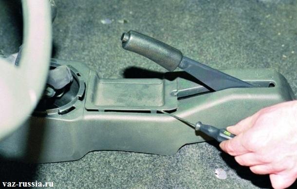 Поддевание квадратной формы заглушки при помощи отвертки