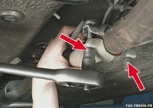Отворачивание гайки крепления хомута, скрепляющего между собой резонатор, и приемную трубу автомобиля