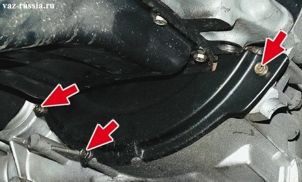 Стрелками указаны болты, которые крепят нижнюю часть крышки, к картеру сцепления