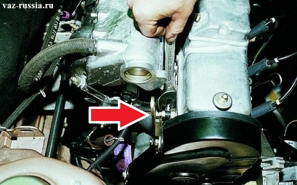 Красной стрелкой указан датчик, ввернутый в отверстие двигателя