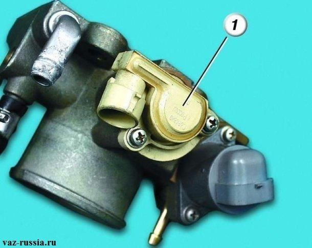 Цифрой «1» помечен датчик, который установлен на крайней части дроссельной заслонки