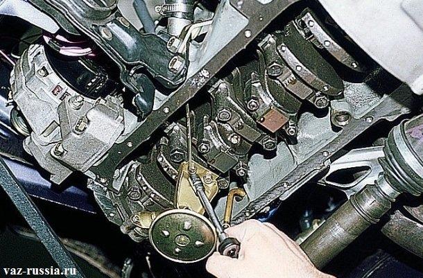 Отворачивание двух болтов, которые крепят маслоприемник, ко второй крышке