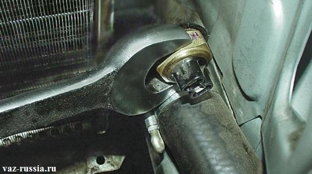 Установка датчика в отверстие радиатора, и после чего закручивание его до упора
