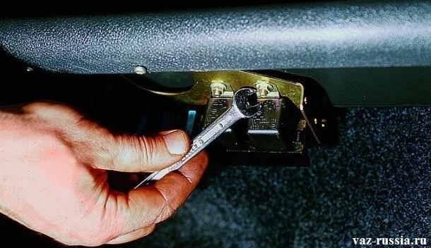 Выворачивание гайки крепления реле системы управления двигателем
