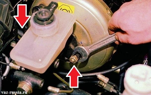 Отворачивание гаечным ключом двух гаек, которые крепят тормозной цилиндр, к вакуумному усилителю