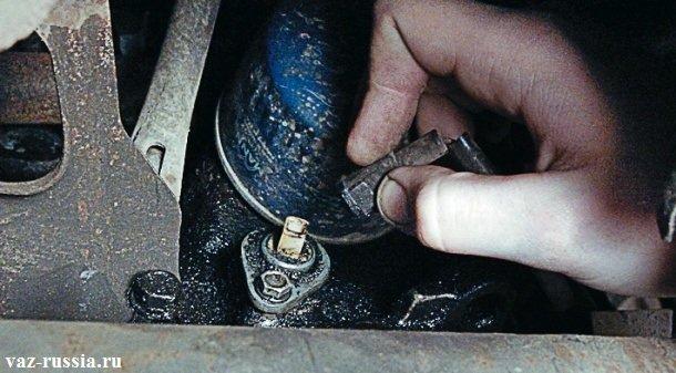 Снятие с датчика колодки проводов