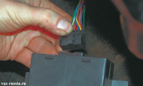 Вставление колодки проводов, в разъем нового блока