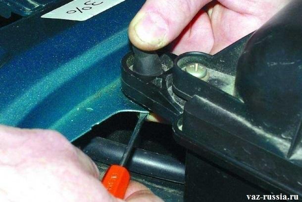 Вставление опоры, в переднюю часть, кузова автомобиля
