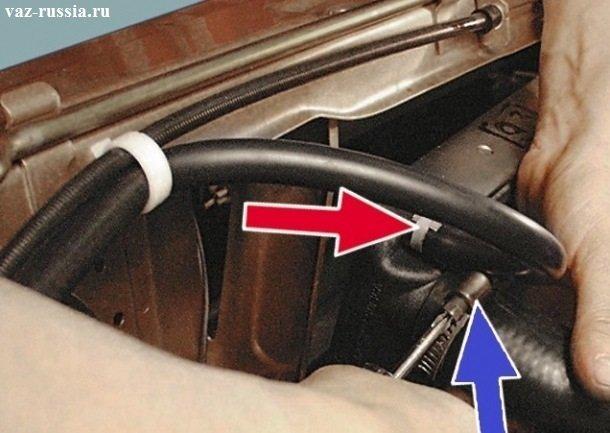 Ослабление винта хомута, который крепит подводящий шланг, к патрубку радиатора