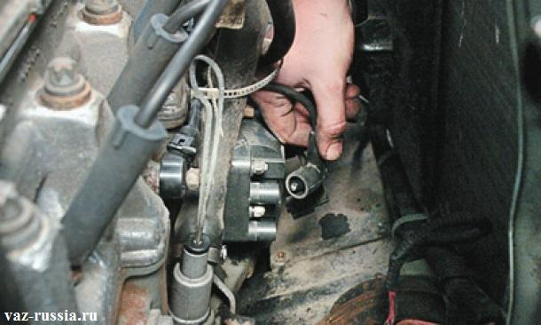 Отсоединение четырех высоковольтных проводов, от модуля, после того как аккумулятор будет обесточен