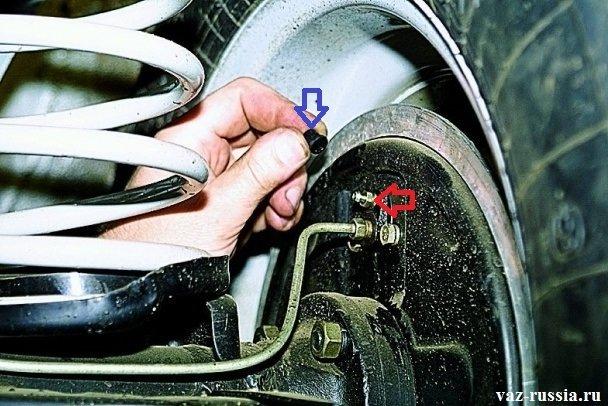 Снятие защитного колпачка, с прокачного штуцера