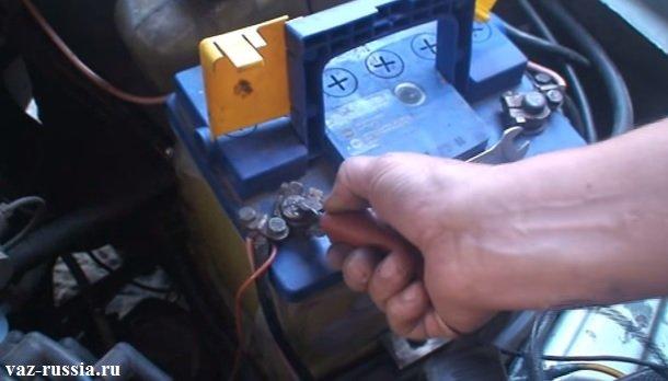 Одевание стробоскопического зажима на клему «плюс» аккумулятора