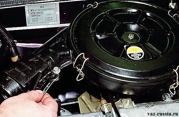 Отворачивание болта крепления терморегулятора к корпусу