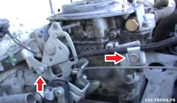 Стрелками показаны два болта, которые необходимо отвернуть с помощью гаечного ключа