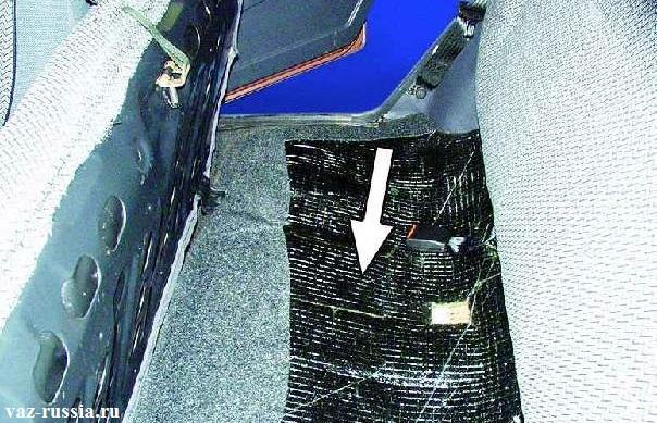 Стрелкой указано месторасположение датчика, но сам датчик не видно из-за не отогнутого материала