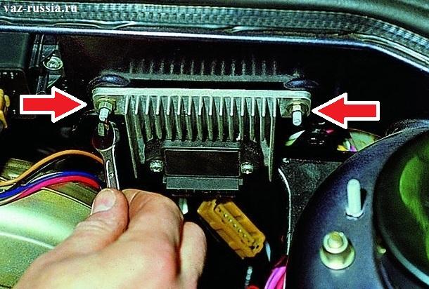 Две боковых крепящих гайки, которые крепят коммутатор на шпильках