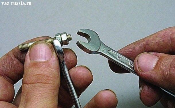Законтривание двух гаек, с помощью двух гаечных ключей