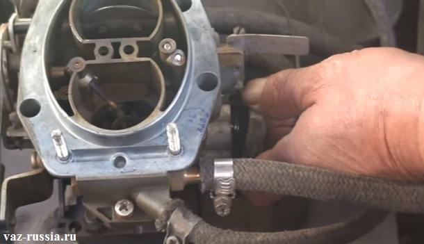 Снятие крышки экономайзера, а так же небольшой пружинки, которая внутри этой крышки и находится