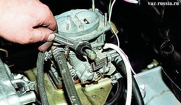 Отворачивание клапана за его грани при помощи гаечного ключа