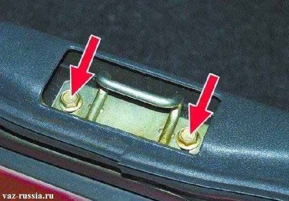Стрелками указаны два болта крепящие фиксатор. Отворачивая и заворачивая их можно добиться хорошей регулировки этого фиксатора а за счет него и крышки багажника