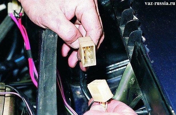 Разъединение между собой колодки и жгута проводов