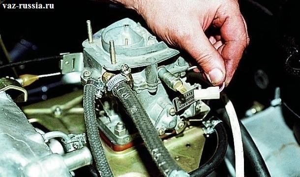 Отсоединение колодки проводов от электромагнитного клапана